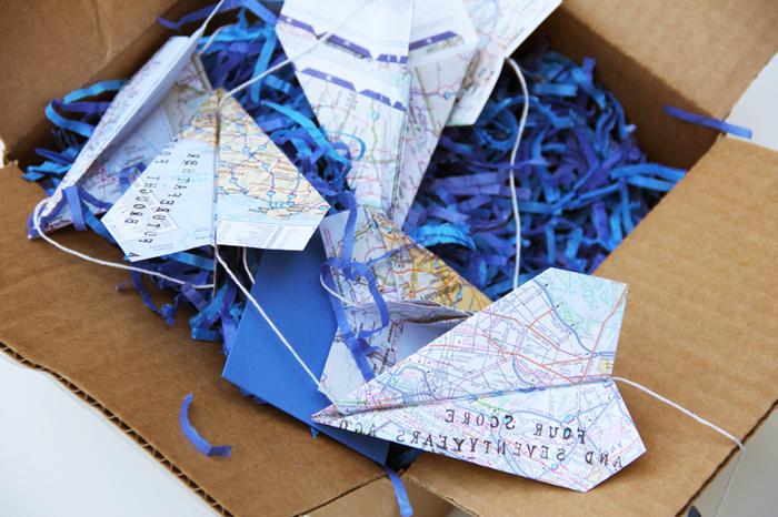 pliage avion origami en carte routière pour réaliser une guirlande de fête originale