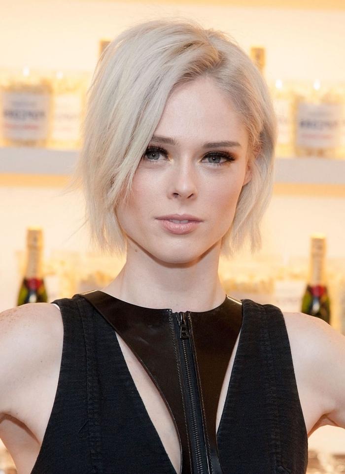 coloration blond blanc sur cheveux courts en couches, coiffure tendance courte pour femme
