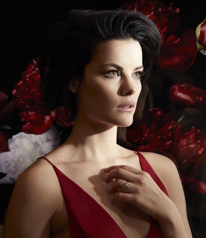 coupe de cheveux courts pour femme, modèle de robe rouge à décolleté en V, bijoux en or femme