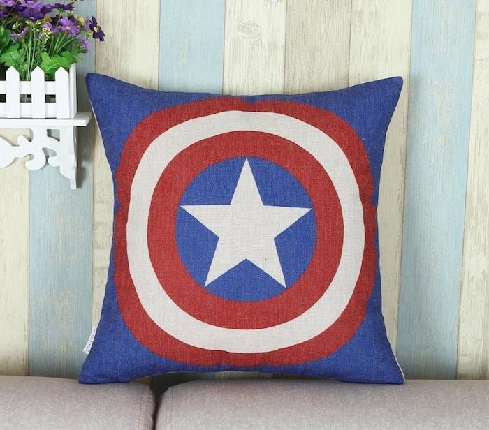 cadeau de noel ado garcon, coussin décpratif à motif capitain america en rouge, bleu et blanc et étoile au milieu