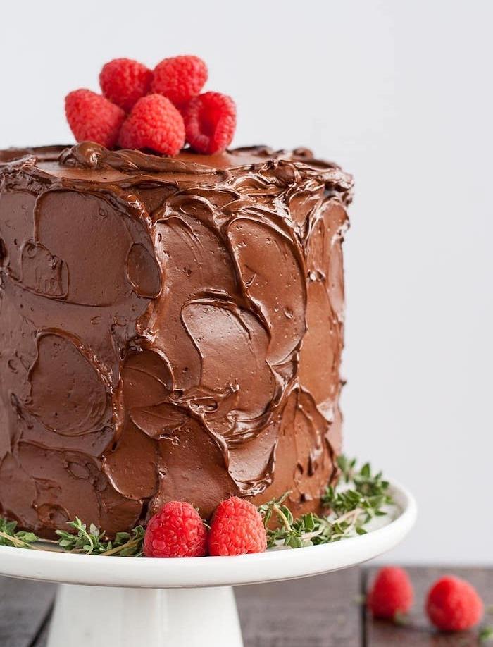 exemple de glacage au chocolat simple, un gâteau couvert de chocolat au lait avec topping de framboises