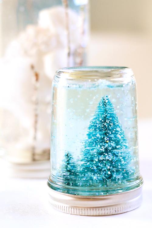 tutotriel comment faire une boule a neige soi meme dans un pot en verre, figurine de sapin de noel, cadeau de noel a fabriquer