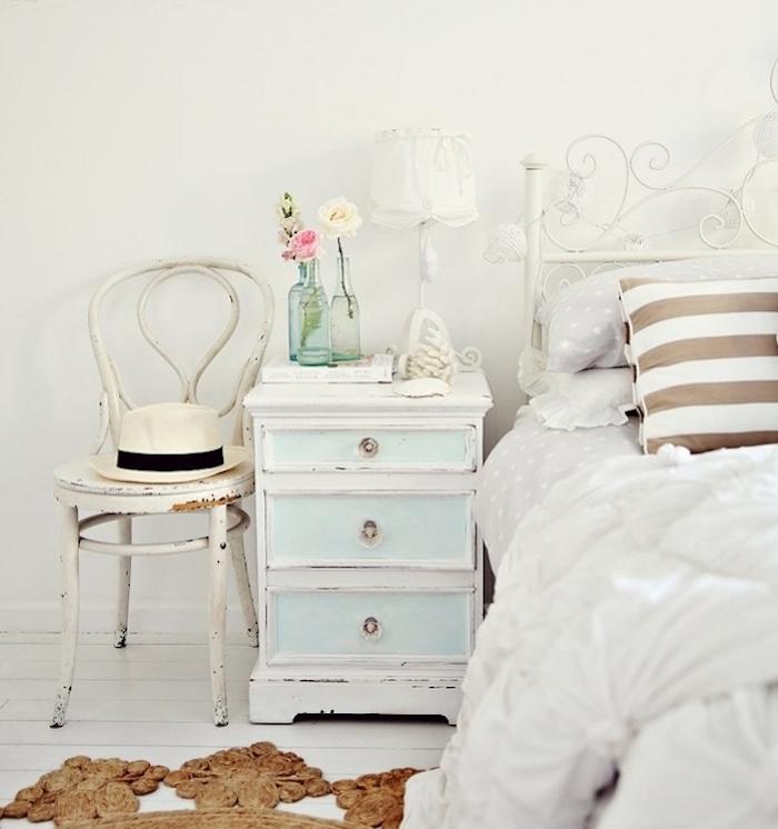 exemple comment patine run meuble, linge de lit blanc, bris et marron, table de nuit blanche et bleue à peinture écaillée, chaise patinée, chambre campagne chic