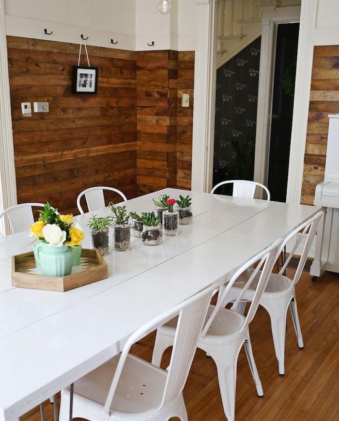 table et chaises salle à manger repeintes en blanc, deo centre de table floral, salle à manger à revêtement en bois, projet pour customiser un meuble