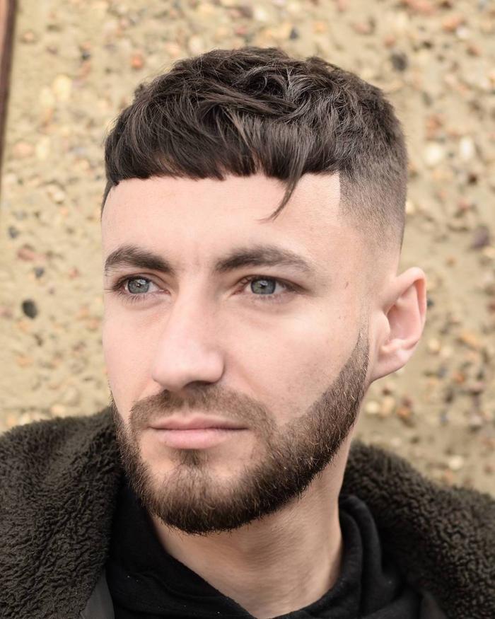 une coupe dégradé homme avec frange taillée graphique