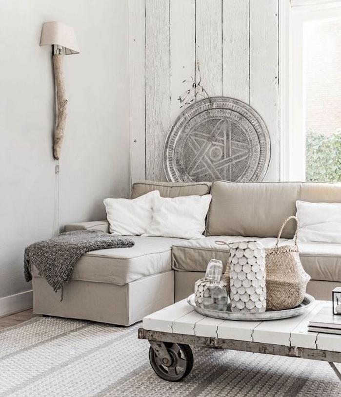amenagement salon gris et blanc, canapé gris perle, nuance taupe clair, coussins blancs et table basse à roulettes, deco naturelle, accents en bois
