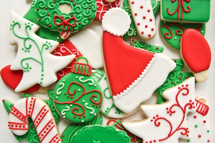 idée de biscuit de noel, recette avec glaçage vert, blanc et rouge, motif sapin de noel, chapeau père noel et boules de noel