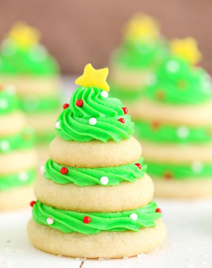 biscuit de noel recette facile, biscuits au beurre arrangés en forme de sapin avec glaçage entre eux et billes de sucre colorées