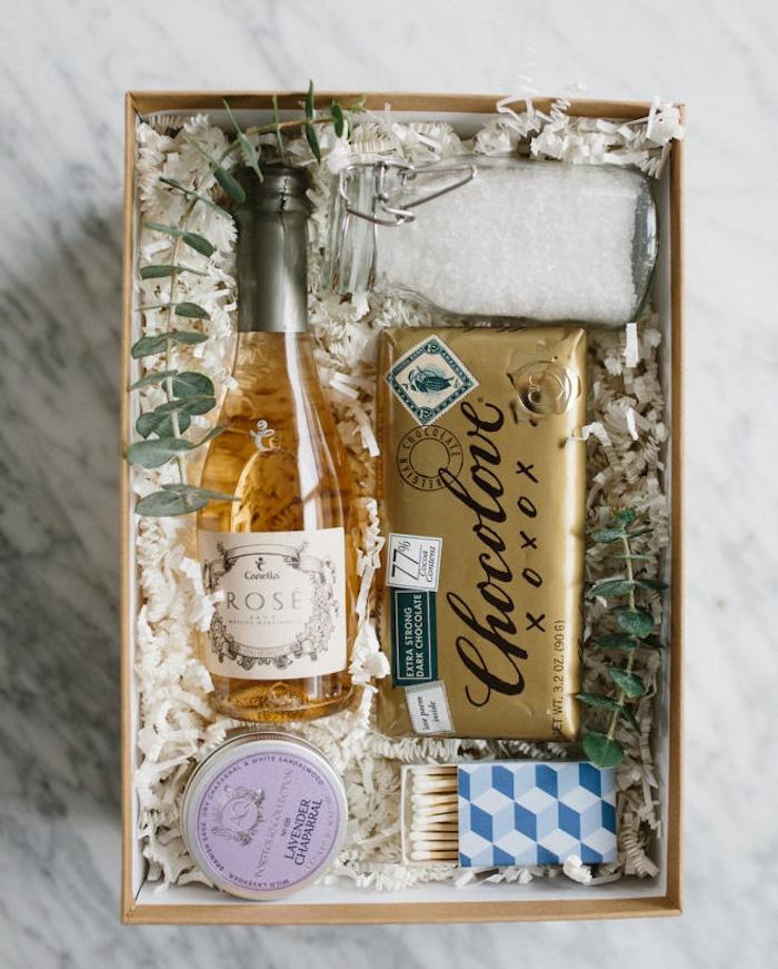 cadeau de noel pour maman, idée de kit bain avec tout le nécessaire pour prendre un bain, chocolat, briquet, bougie, rosé, sels de bain