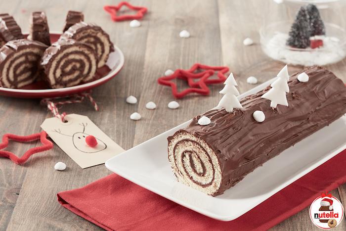 buche de noel facile et rapide, dessert de noel avec génoise simple et chocolat nutella, decoration de bonbons et sapins de noel en sucre