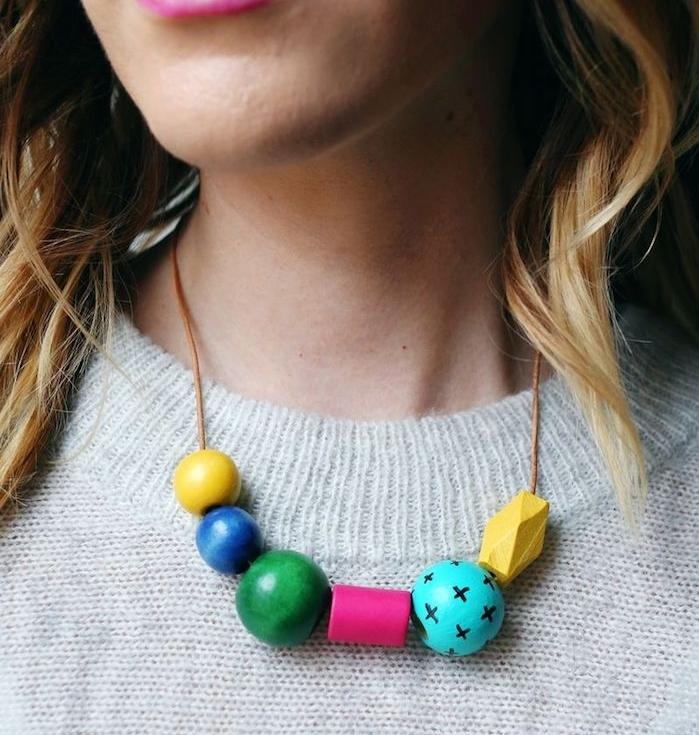 idée cadeau noel maman, un collier d ornements et perles en bois colorés, cadeau de noel a fabriquer pour sa mere