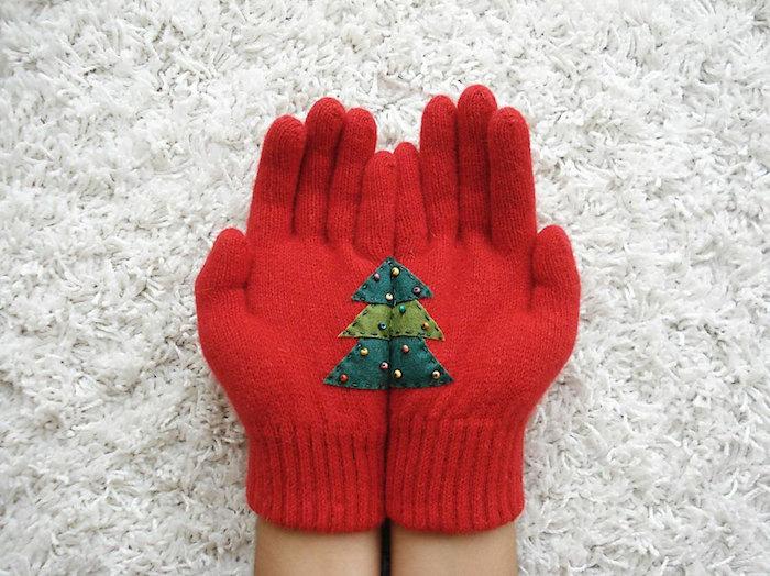 idée de cadeau meilleure amie pour noel, gants rouges décorés de sapins en tissu et petites perles décoratives