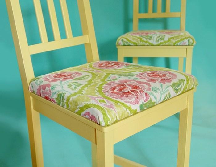 idée de chaise relookée avec de la peinture jaune et tapisserie à imprimé floral sur un fond bleu ciel