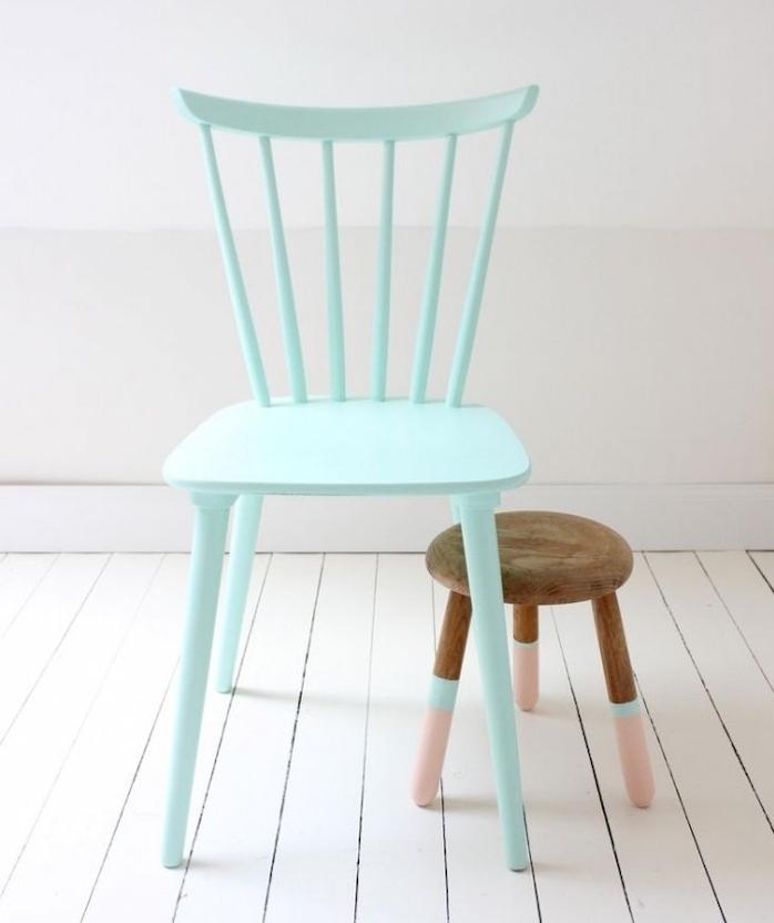 chaise relookée repeinte en bleu, et tabouret en bois à pieds rose et bleu, parquet blanc, customiser meuble