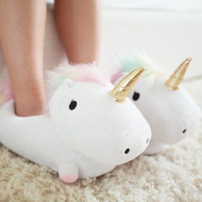 idee cadeau noel pour ado, pantoufles blanches à crinière blanche, rose et bleu, corne dorée, design mignon
