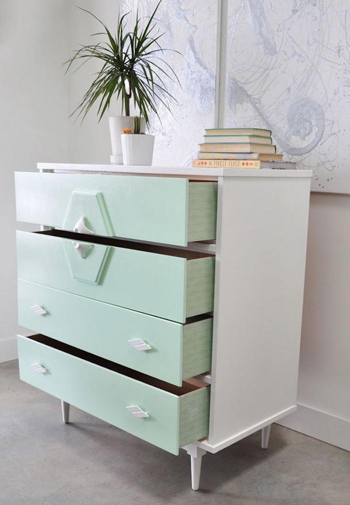peinture pour meuble vert menthe et blanche, customiser une commode vintage, pile de livres, plante verte