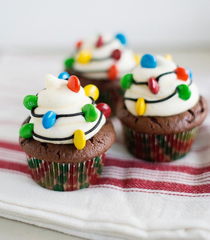 exemple de cupcakes au chocolat, petits gateaux de noel, comment faire un glacage blanc, decoration de bonbons mm