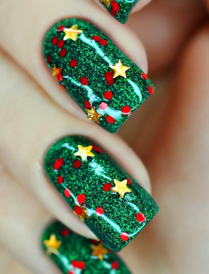 idée de nail art noël facile vernis à ongles vert et decoration de pois rouges et étoiles jaunes, effet bling bling
