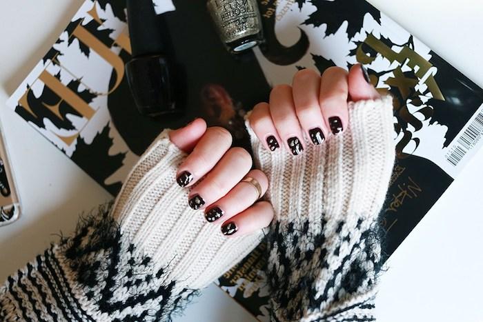 nail art noel noir avec des motifs argentés en paillettes et pull e noir et blanc, magazine femme