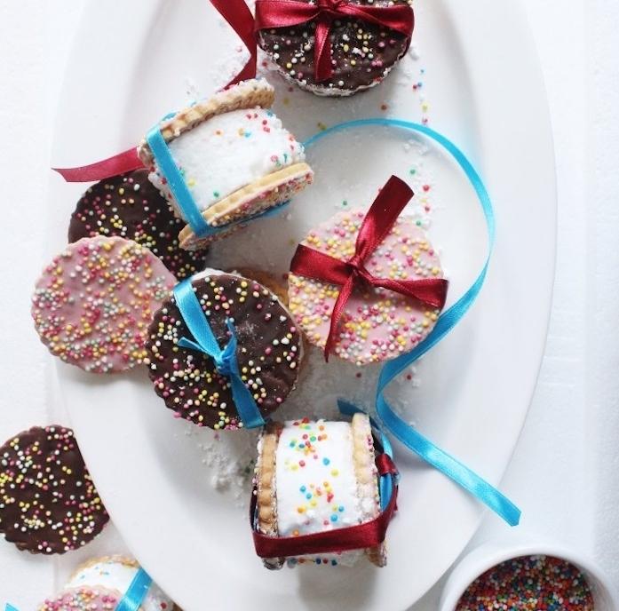 idée de dessert de noel original, murshmallow, guimauve entre deux biscuits e decoration de billes colorées