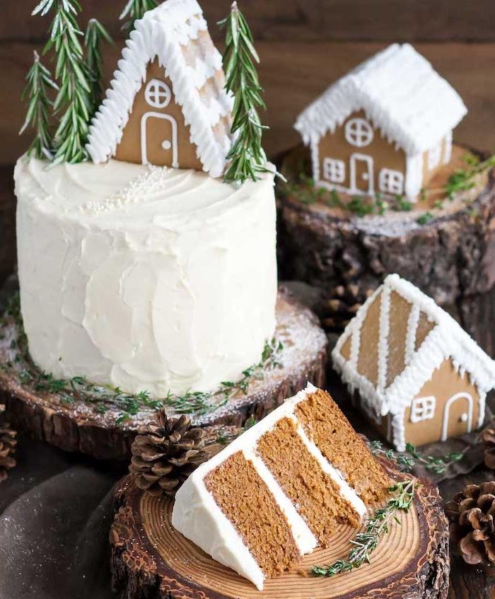 gateau de noel facile en blanc avec decoration de maisonnettes de pain d epices aux toits blancs