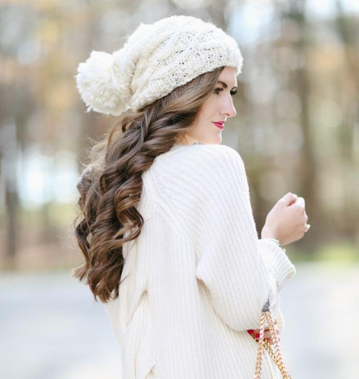 coiffure facile de noel, cheveux longs ondulés, chapeau blanc et gilet blanc, look femme hiver, flacon de neige