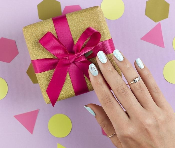 naol art noel facile en bleu avec des pois blancs et motif canne de bonbon, boite a cadeau emballage or pailletté et ruban rose