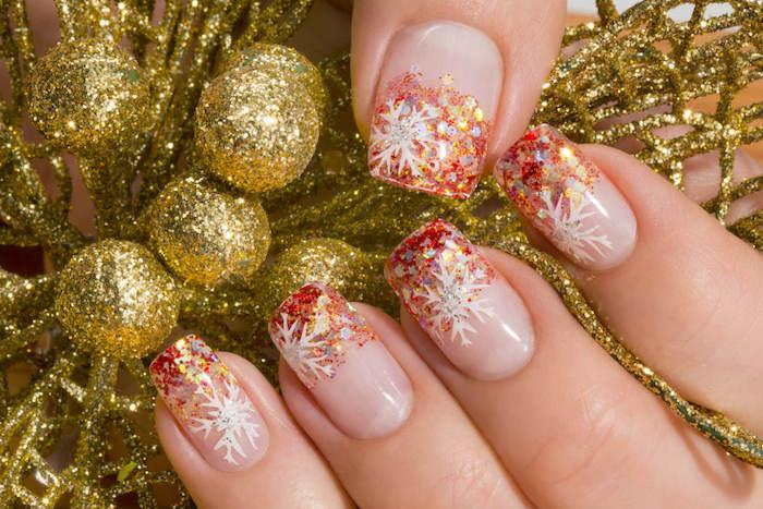 ongle de noel, vernis opaque et bout d ongles décoré de vernis coloré pailleté et dessin flacon de neige blanc