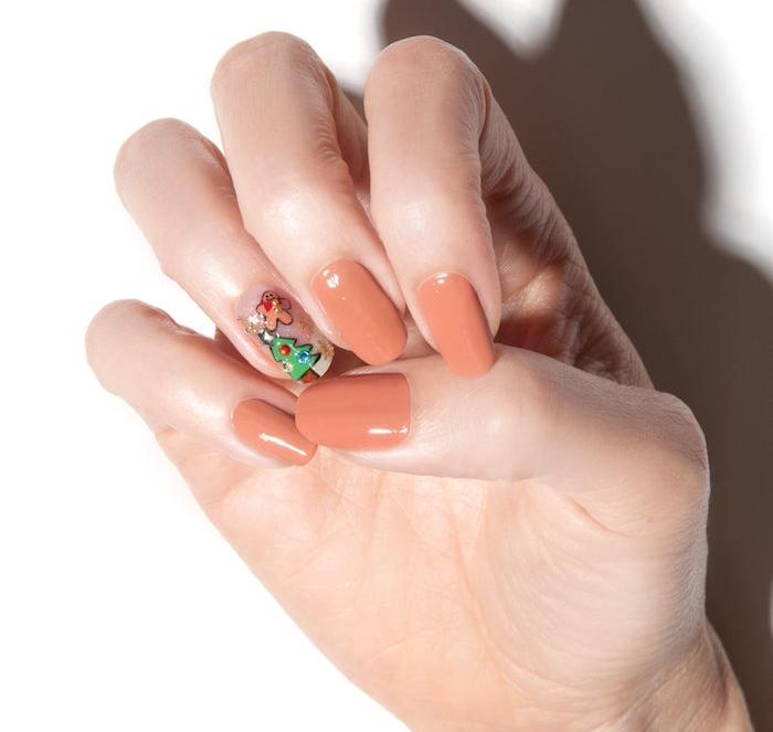 nail art facile de noel, vernis à ongles couleur nude, dessin de motif sapin de noel et bonhomme de pain d epices