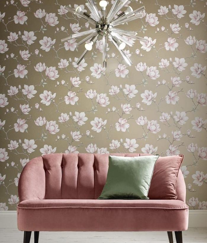 modele de papier peint taupe couleur à fleurs rose, canapé rouge rose pastel, coussin vert, parquet clair, lustre élégant