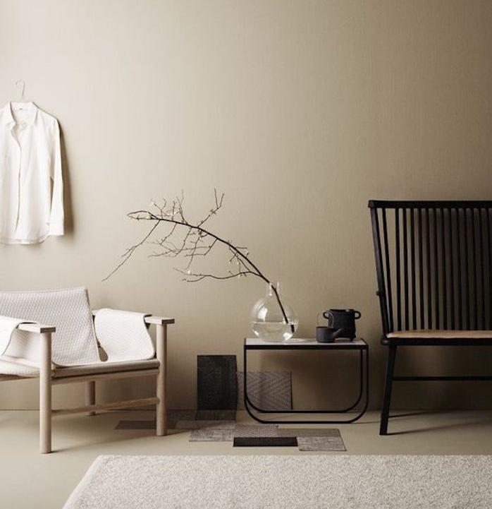deco saloon gris perle, chaise en bois, chaise metallique, tapis gris, table basse d appoint, branche dans un vase
