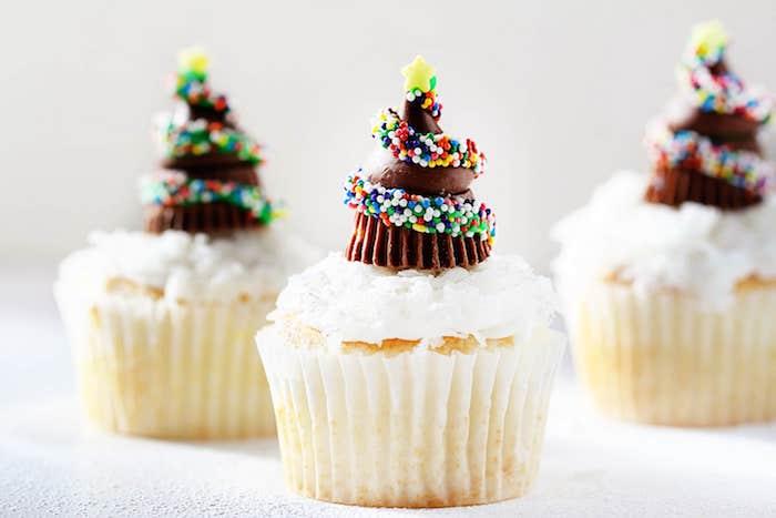 petits gateaux de noel, recette cupcakes à la vanilel avec glaçage blanc et décor en chocolat, sapin de noel en bonbons