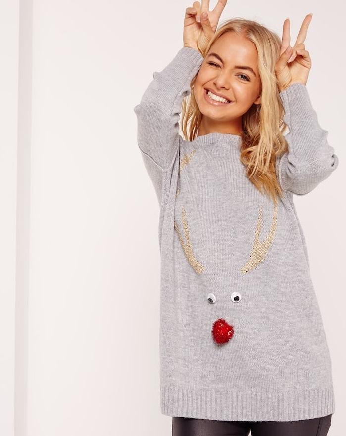 idee cadeau noel femme, pull gris, pompon rouge en guise de nez, des yeux mobiles et bois de cerf