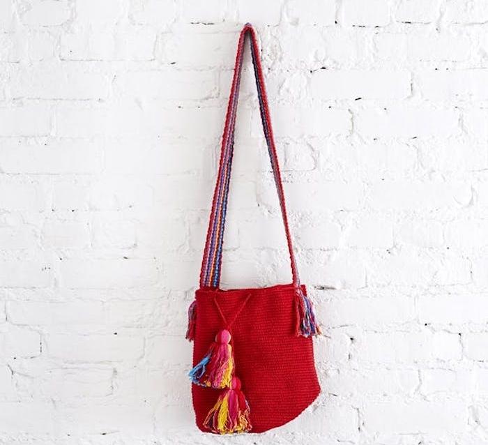 cadeau de noel pour ado de 15 ans fille, sac à manin rouge tricot avec des pompons colorés, accessoires bohème chic