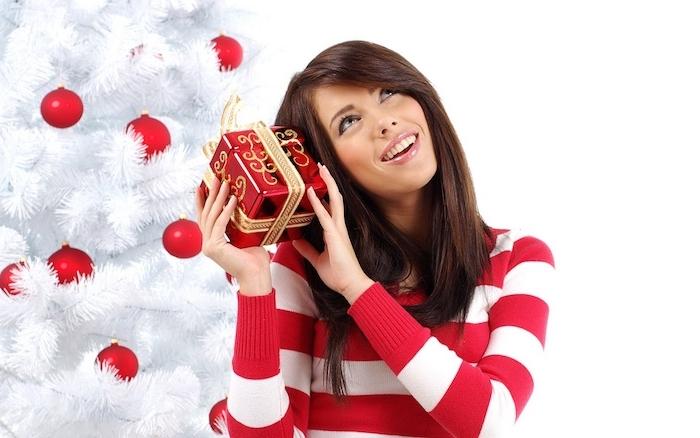 cadeaux de noel pour femme, idée de cadeau, pull roug et blanc et cadeau à emballage rouge et ruban doré, sapin de noel blanc à boules de noel rouge