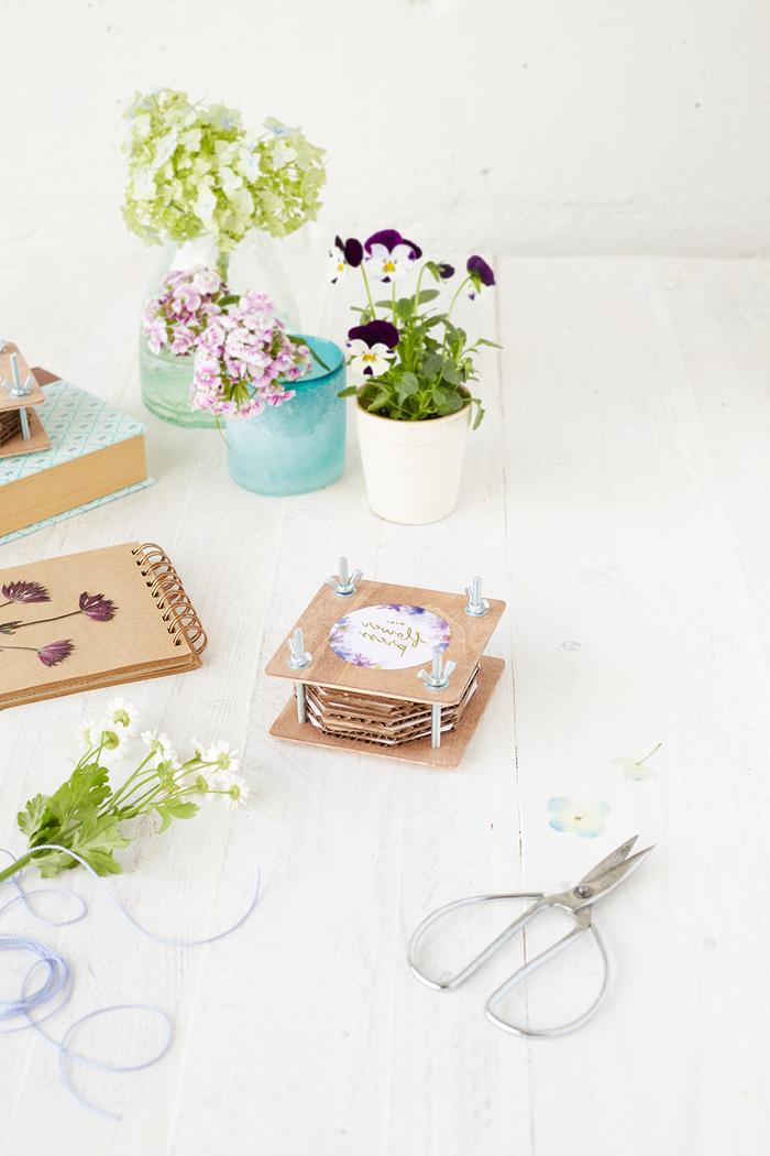 une mini presse-fleurs réalisée en contreplaquée pour réaliser de jolies création en feuilles séchées miniatures