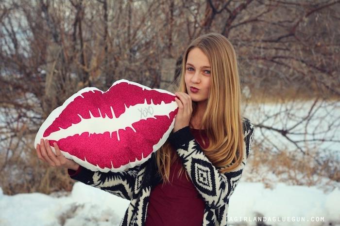 coussin en forme de lèvres rouges, exemple d accessoire décoratif chambre ado, idée cadeau ado fille pour noel