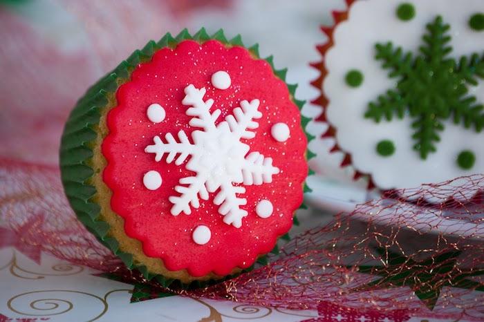idée de cupcakes à la vanille, comment faire un glacage rouge avec flacon de neige de sucre blanc