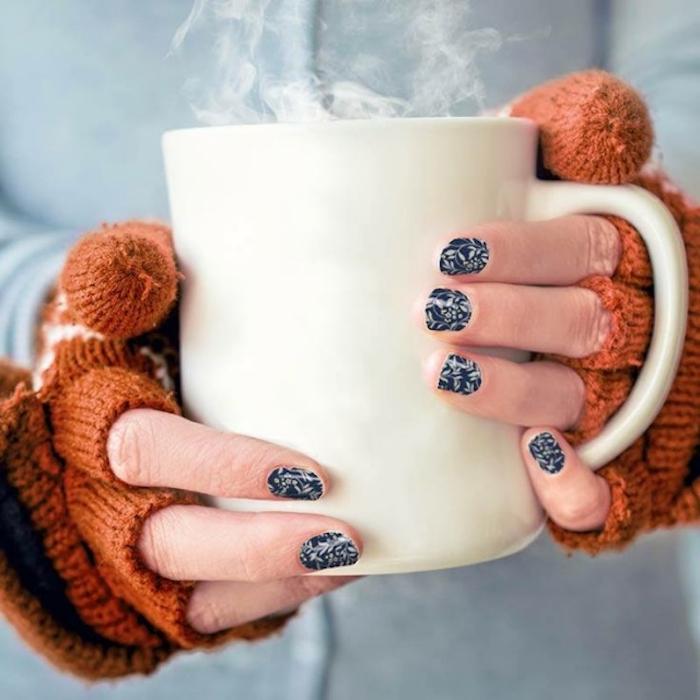nail art facile de noel, vernis à ongles bleu marine avec des touches de pinceau blanches, imitation neige, tasse de café