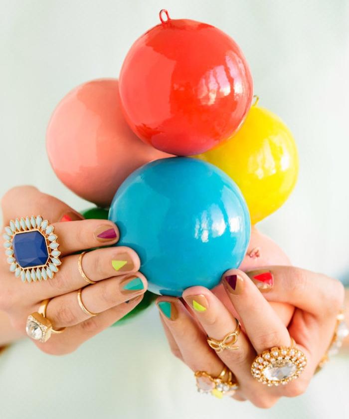 deco ongle noel, vernis à ongles couleur cappucino et triangles colorés de vernis, boules de noel colorées