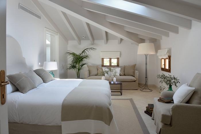 décoration chambre, aménagement au grenier avec meubles blanc et beige et décoration en plantes exotiques vertes