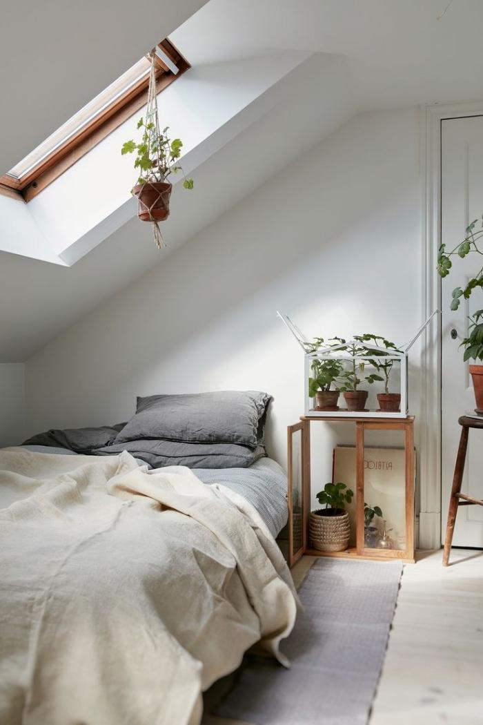 chambre à coucher au grenier en style bohème chic avec meubles en bois et décoration en plantes vertes