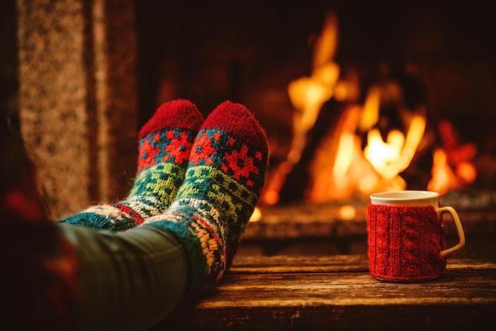 des chaussettes en rouge, vert et blanc tricot et housse de mug rouge, cadeau de noel pour femme