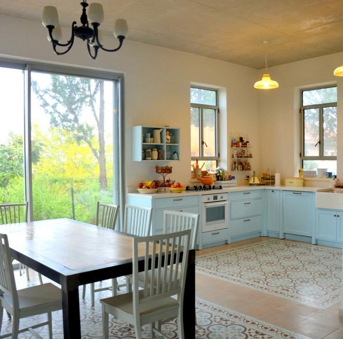 carreaux de ciment, aménagement cuisine d'angle avec meubles en bleu clair et comptoir blanc