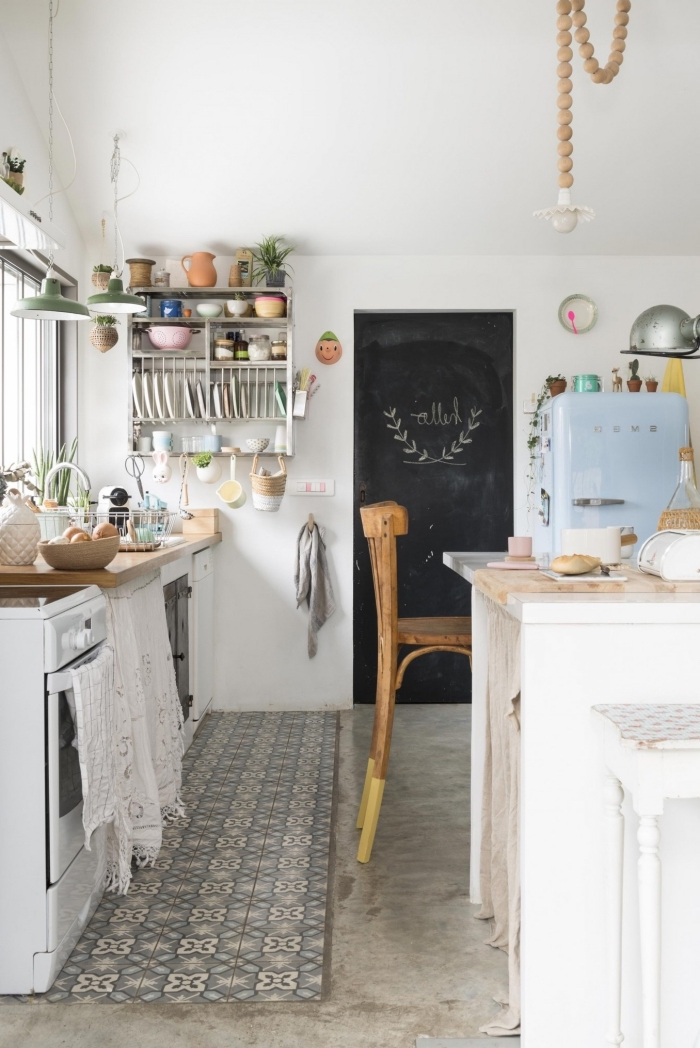 carrelage ciment, rangement de cuisine en bois peint blanc, cuisine blanche avec meubles en bois