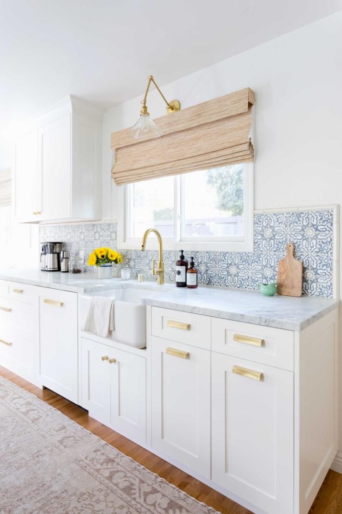 carreaux de ciment credence, cuisine blanche avec plancher en bois stratifié et comptoir marbre gris