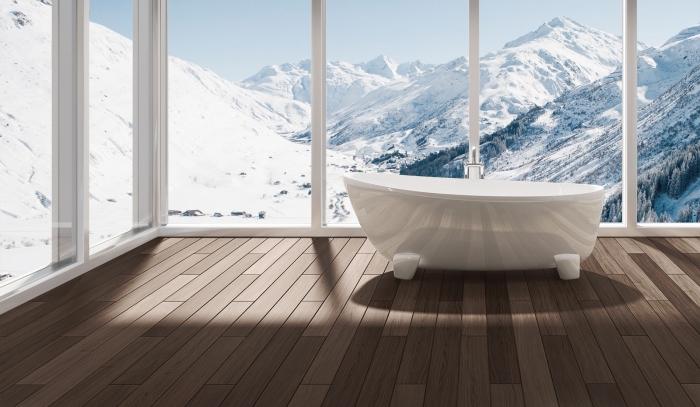 parquet flottant salle de bain, aménagement salle de bain avec plancher en bois et grandes fenêtres