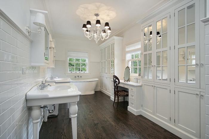 sol stratifié salle de bain, aménagement pièce humide en style vintage avec meubles et accessoires en blanc