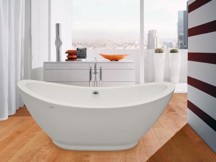 revetement sol, design intérieur de salle de bain avec grande fenêtre et plancher en bois clair