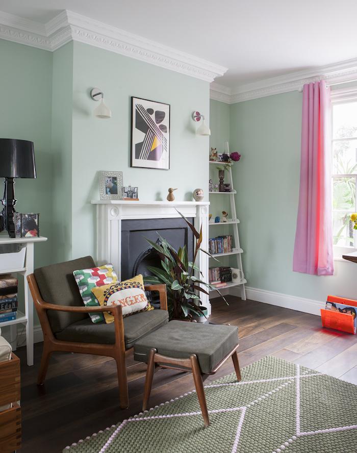 décoration salon tendance détente murs verts menthe rideaux roses